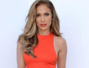 El glamoroso look monocromático de Jennifer Lopez