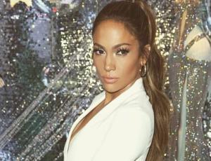 Jennifer Lopez sufre accidente de escote mientras posa en evento