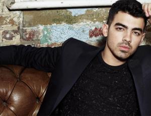 Joe Jonas confesó con quien perdió la virginidad
