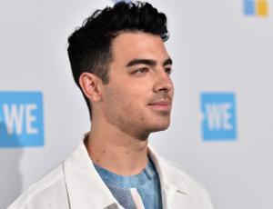 Joe Jonas adelanta sensual videoclip junto a modelo plus