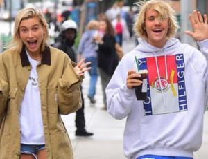 Justin Bieber y Hailey Baldwin se besan apasionadamente en público
