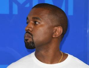 Kanye West reapareció con nuevo look a lo Kardashian