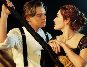 Captan a Leonardo DiCaprio y Kate Winslet muy juntos en la playa