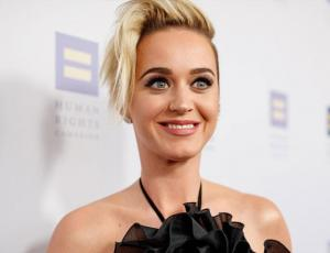 El excéntrico look de Katy Perry de animal print y pantuflas