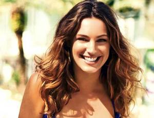 Kelly Brook sorprende con look casual y escotado