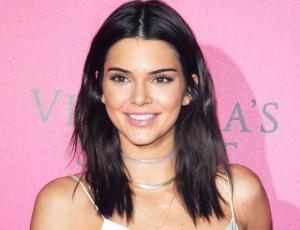 Kendall Jenner se luce sin sostén y con pantalón transparente en el aeropuerto