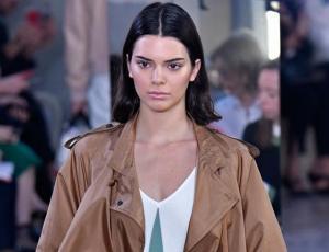 Kendall Jenner asiste con jeans y en topless a premiere de película