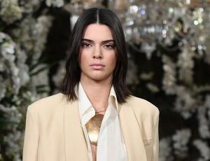Kendall Jenner aparece usando diente de oro