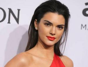 Kendall Jenner mezcla denim con pelos