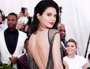 Kendall Jenner sale de fiesta sin maquillaje y se esconde de paparazzis