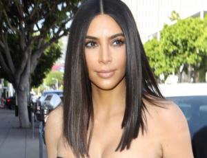 Kim Kardashian luce una polera casual de su negocio de Emojis
