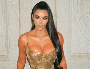 Kim Kardashian aparece con el cabello fosforescente