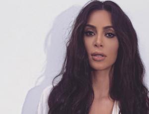 Kim Kardashian disfruta de sus vacaciones con extraño traje de baño transparente