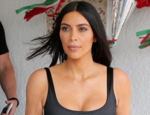 Madres usuarias trollean a Kim Kardashian por sentar mal en el auto a su hijo de 18 meses