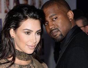 ¡Kanye West destiñe en Miami con sandalias más pequeñas que sus pies!