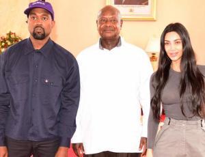 Kanye West le regala zapatos deportivos a presidente de Uganda