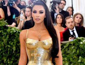 Kim Kardashian se rinde ante la nueva moda noventera que regresó