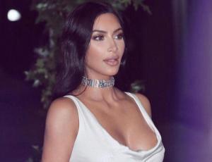Kim Kardashian logra resaltar de forma increíble sus curvas gracias a su vestido