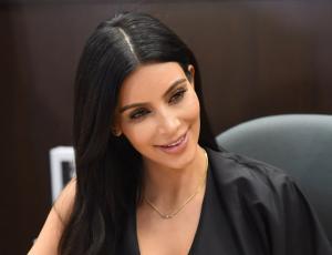 Kim Kardashian reaparece rubia en evento junto a toda su familia