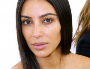 Captan a Kim Kardashian refrescándose en Costa Rica