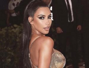 Kim Kardashian recibe críticas por permitir que su hija de 5 años se alise el pelo