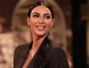 Kim Kardashian sale a comer con un look de gimnasio