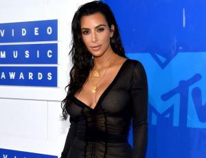 Kim Kardashian aparece con vestido transparente y sin ropa interior