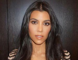 """La obsesión de Kourtney Kardashian por el """"underboob"""" playero"""