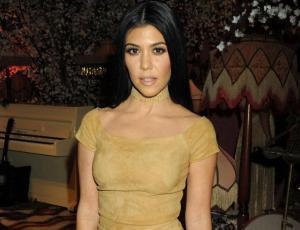 El truco con el que Kourtney Kardashian de 1,52 m alarga sus piernas