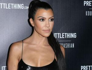 Kourtney Kardashian luce increíble figura solo con un blazer