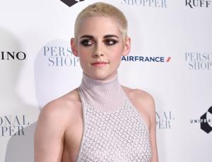 ¡Kristen Stewart no sabe qué hacer con la cabeza rapada!