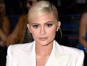 Kylie Jenner presume su lujoso y enorme árbol de navidad