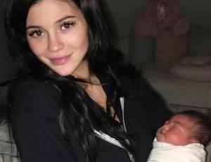 Critican a Kylie Jenner por ponerle aros a su hija Stormi