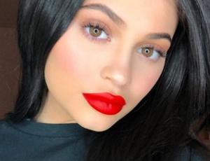 Sobrecargado maquillaje dejó irreconocible a Kylie Jenner