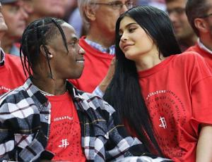 Kylie Jenner apareció luciendo un particular anillo y empezaron las especulaciones