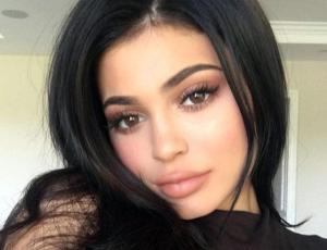 Kylie Jenner se auto denomina MILF en el día de la madre