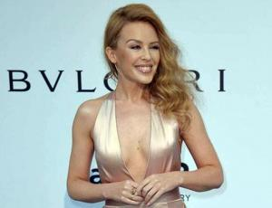 Kylie Minogue convierte una clásica camisa a rayas en un enterito