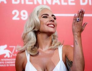 Lady Gaga luce blanca y radiante en presentación de A Star Is Born en Venecia