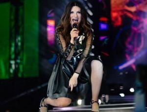 Laura Pausini recibe golpe accidental de fanática en concierto en Perú
