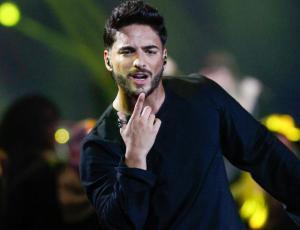 El apasionado beso de Maluma a una guapa fan