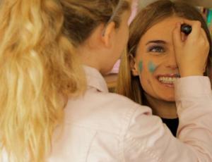 Mamás se dejan maquillar por sus hijos: este fue el resultado