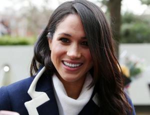 Meghan Markle se luce con look de líneas diplomáticas y hombreras