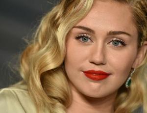 Miley Cyrus sale en defensa de Selena Gomez tras ser llamada fea