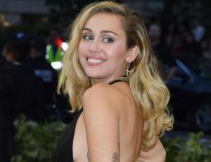 """El arriesgado escote de Miley Cyrus en su paso por el """"Saturday Night Live"""""""