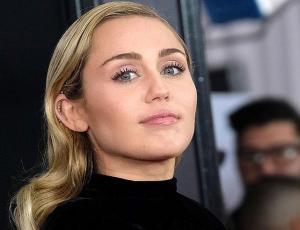 Miley Cyrus derrocha sensualidad en top y calzas después de Yoga