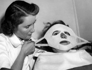 Muy diferentes a la actualidad: así eran los tratamientos de belleza en los años 60