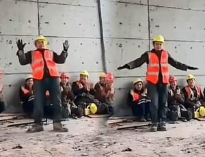 Obrero sorprende a todos bailando igualito a Michael Jackson