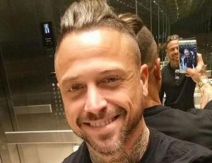 Pascual Fernández luce su nuevo y osado corte de pelo