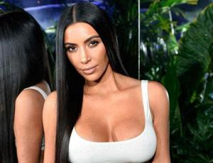 Kim Kardashian impacta con cintura de avispa en evento