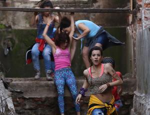 """""""Preciosas"""" huyen por las calles de Santiago en la grabación de spot"""